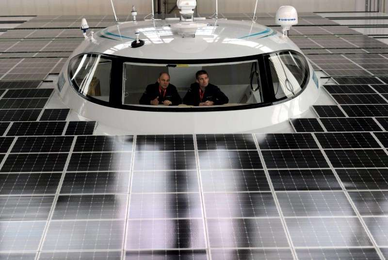 """ALEMANIA. Un barco propulsado con energía solar, el """"Planet Solar"""" comenzará a dar la vuelta al mundo abril de 2011. (EFE)"""